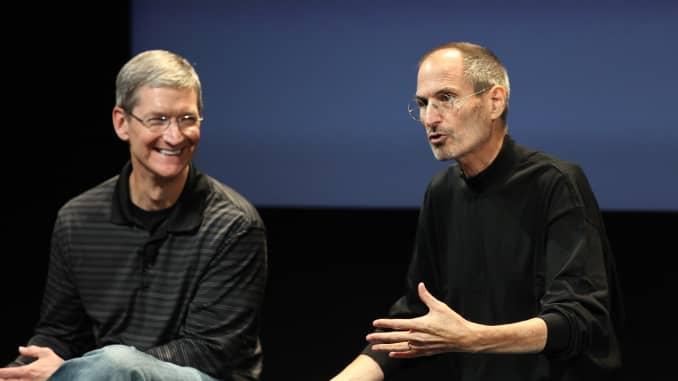 Tim Cook (kiri) dan Steve Jobs pada 2010.