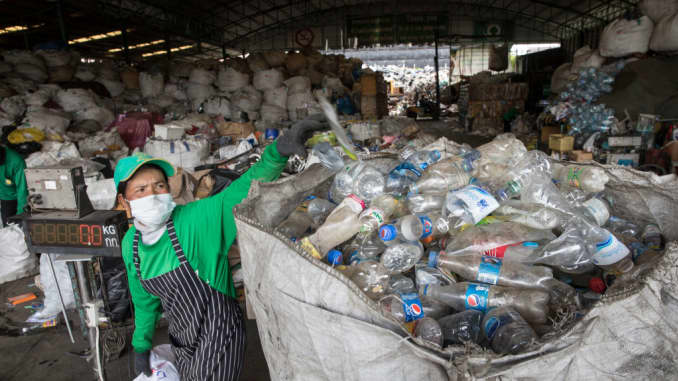 Plastic pollution: Firms and governments fight waste