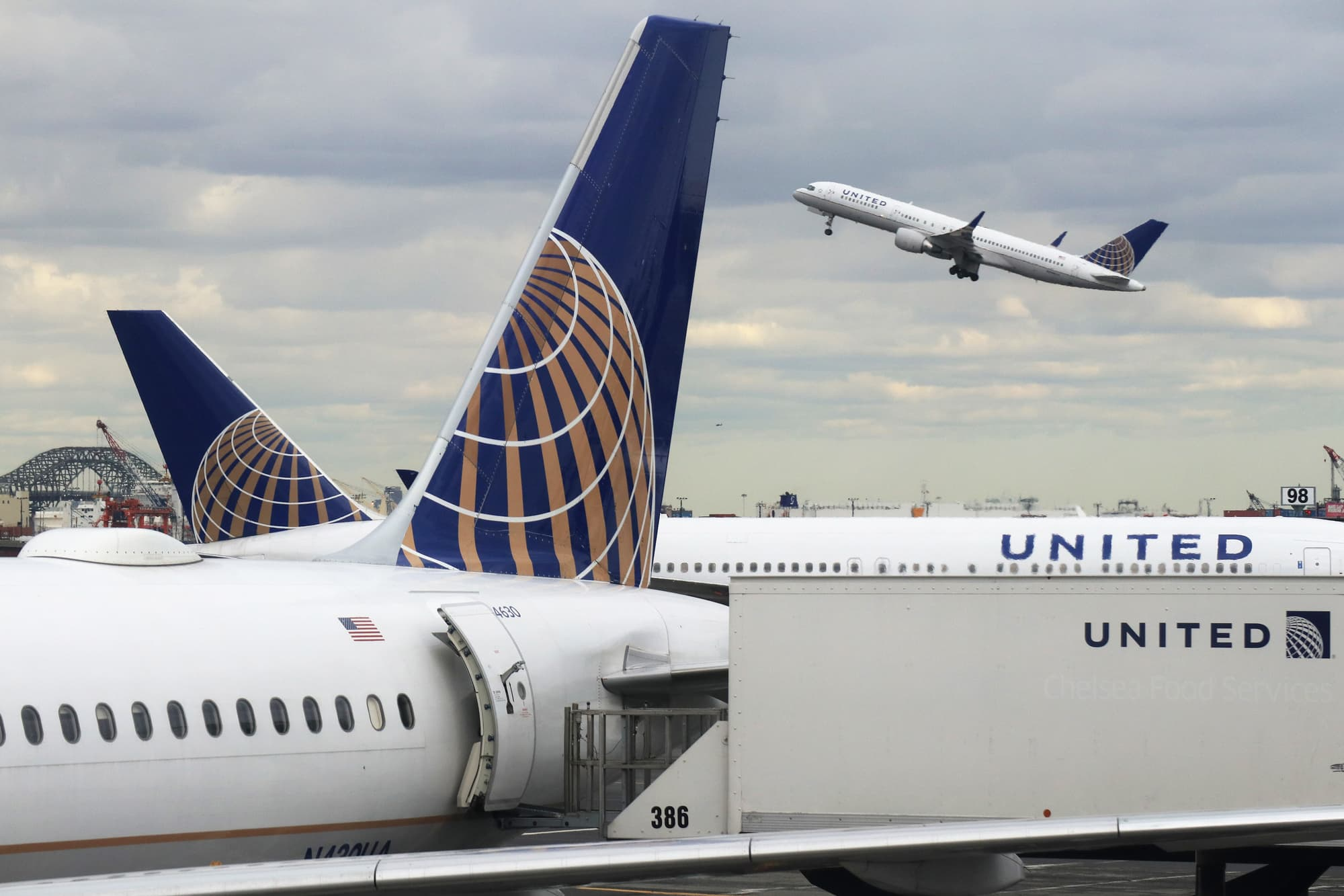 Coronavirus drives United Airlines US bookings down 70%