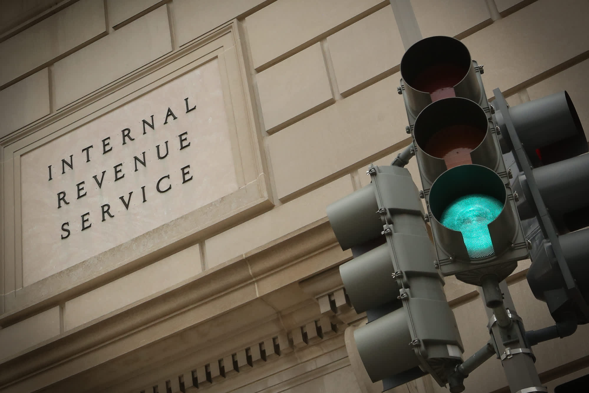 IRS gives taxpayers one more day to file after payment site crashes