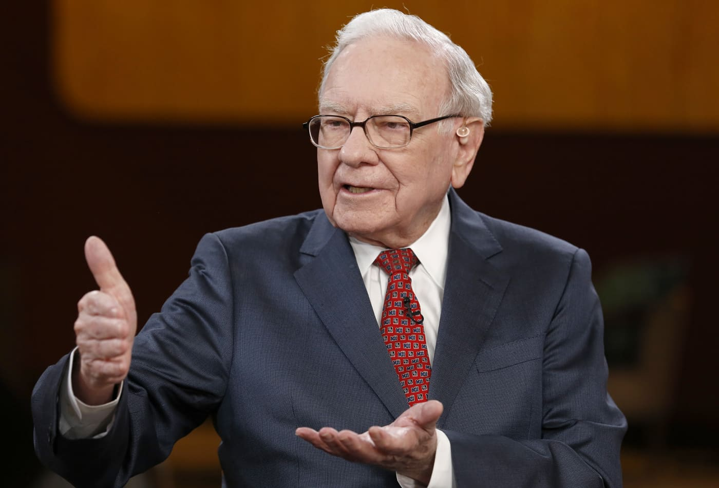 Warren Buffett warns against carrying a credit card balance: 'You can't go through life borrowing money at those rates'