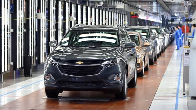 Một chiếc SUV Chevrolet Equinox được nhìn thấy trên dây chuyền sản xuất tại Nhà máy sản xuất SAIC-GM Vũ Hán vào ngày 7 tháng 4 năm 2017 ở Vũ Hán, Trung Quốc.