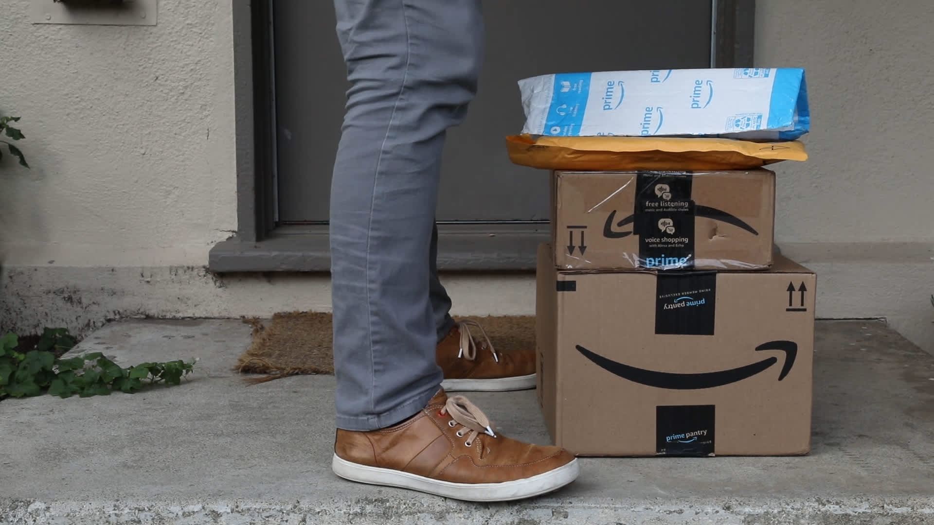 10 brick-and-mortar stores that will match Amazon's lower prices