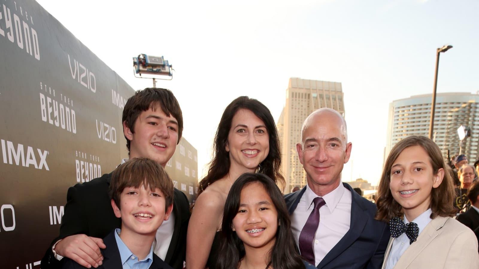 Jeff Bezos Net Worth, Lifestyle, Girlfriend, Wiki, Family And More