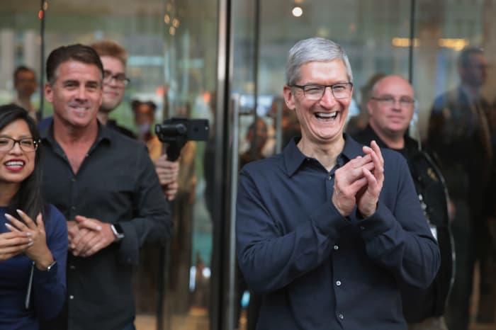 GS: Tim Cook, Apple happy celebrates 17102