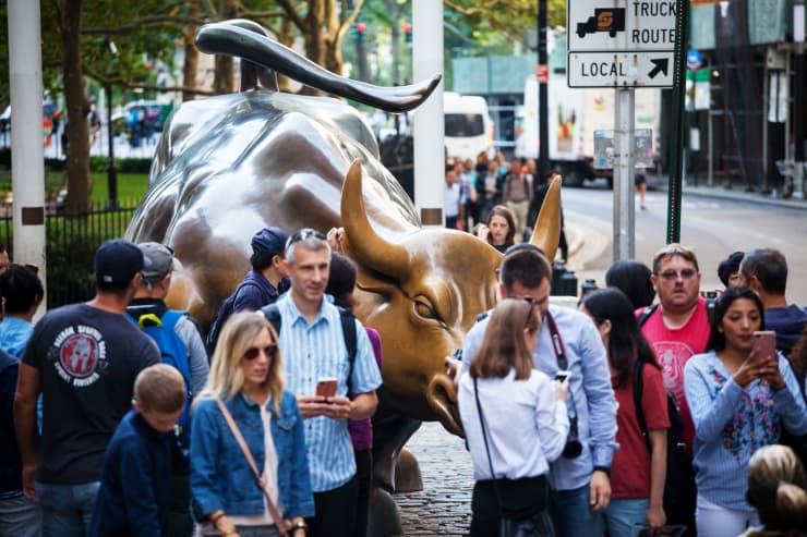 GP: Bull Wall Street pedestrians 180824