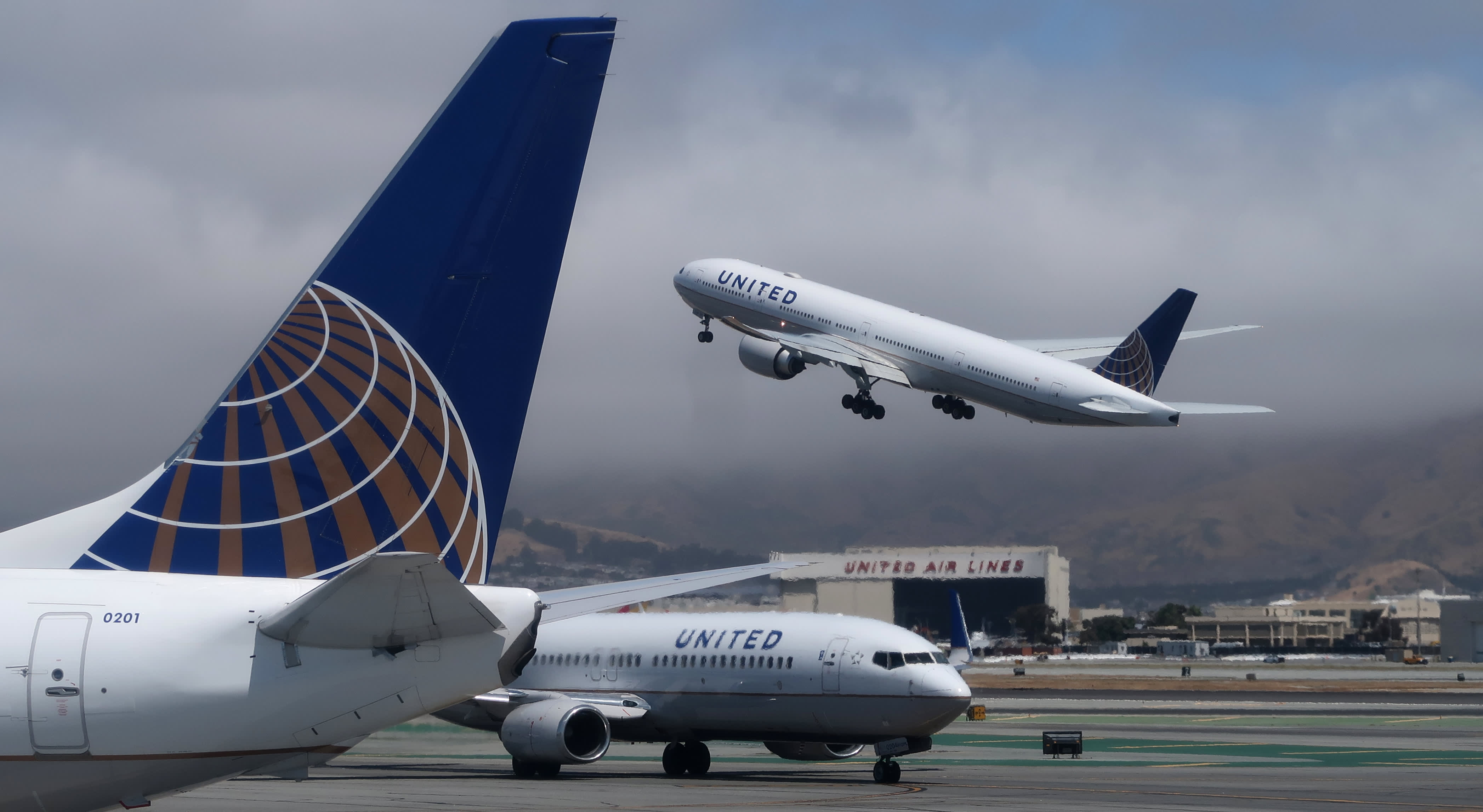 United Airlines posts wider-than-expected loss in pandemic slump, cuts cash burn