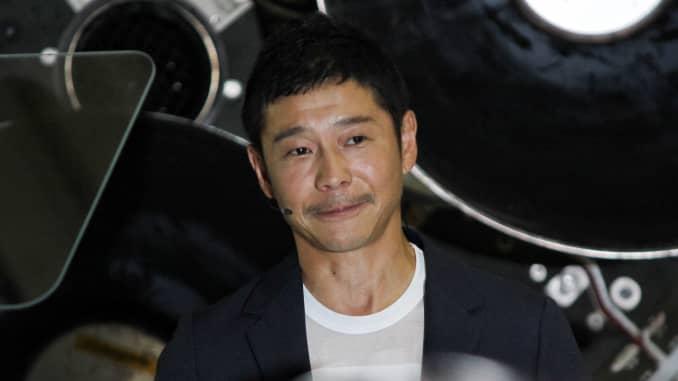 Tỷ phú doanh nhân Nhật Bản Yusaku Maezawa phát biểu tại trụ sở chính của SpaceX ở Hawthorne, California.