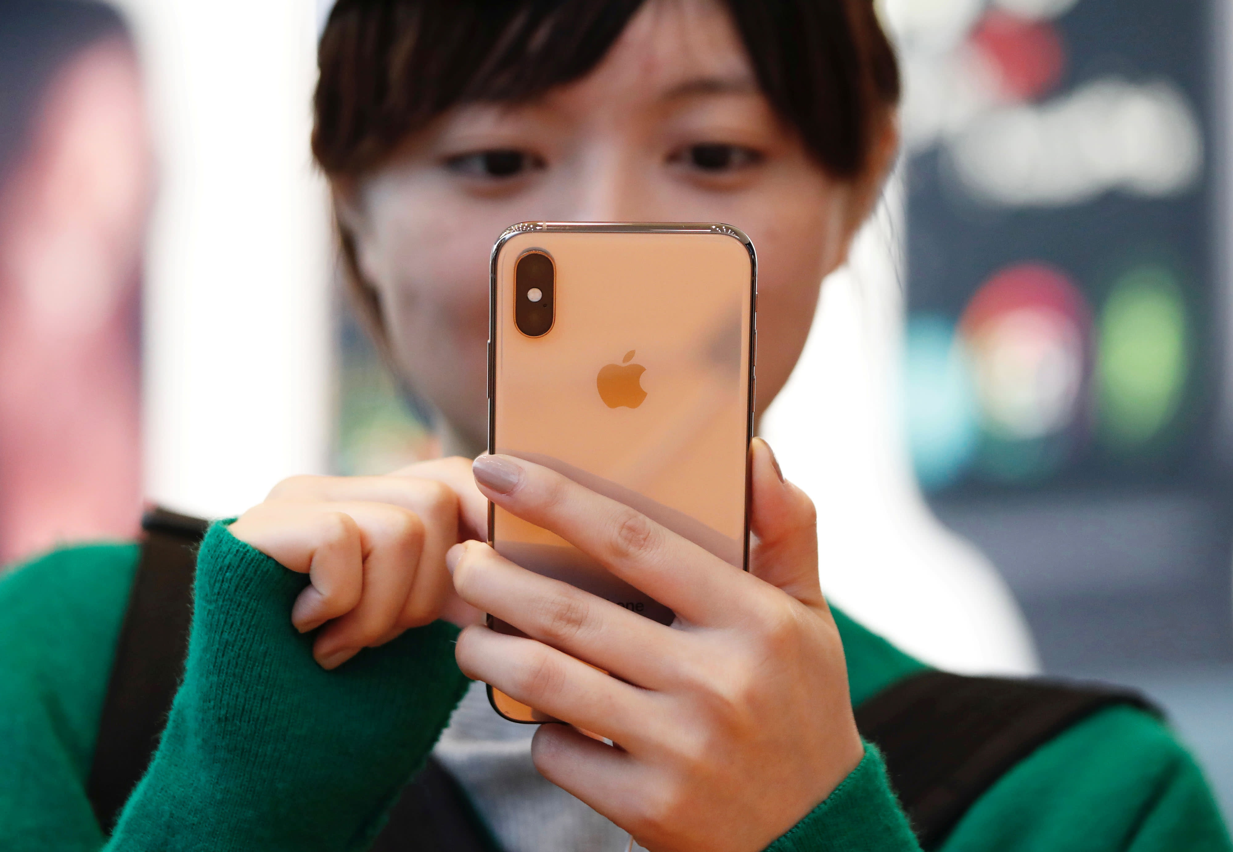 RT: Apple iPhone XS and customer 180921