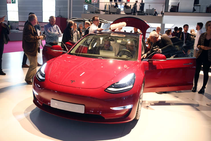 GP: Tesla Model 3 at Paris Auto Show 181002