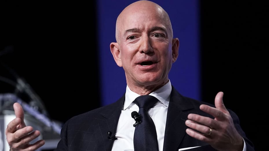 CEO Amazon Jeff Bezos, pendiri usaha luar angkasa Blue Origin dan pemilik The Washington Post, berpartisipasi dalam acara yang diselenggarakan oleh Asosiasi Angkatan Udara 19 September 2018 di National Harbor, Maryland