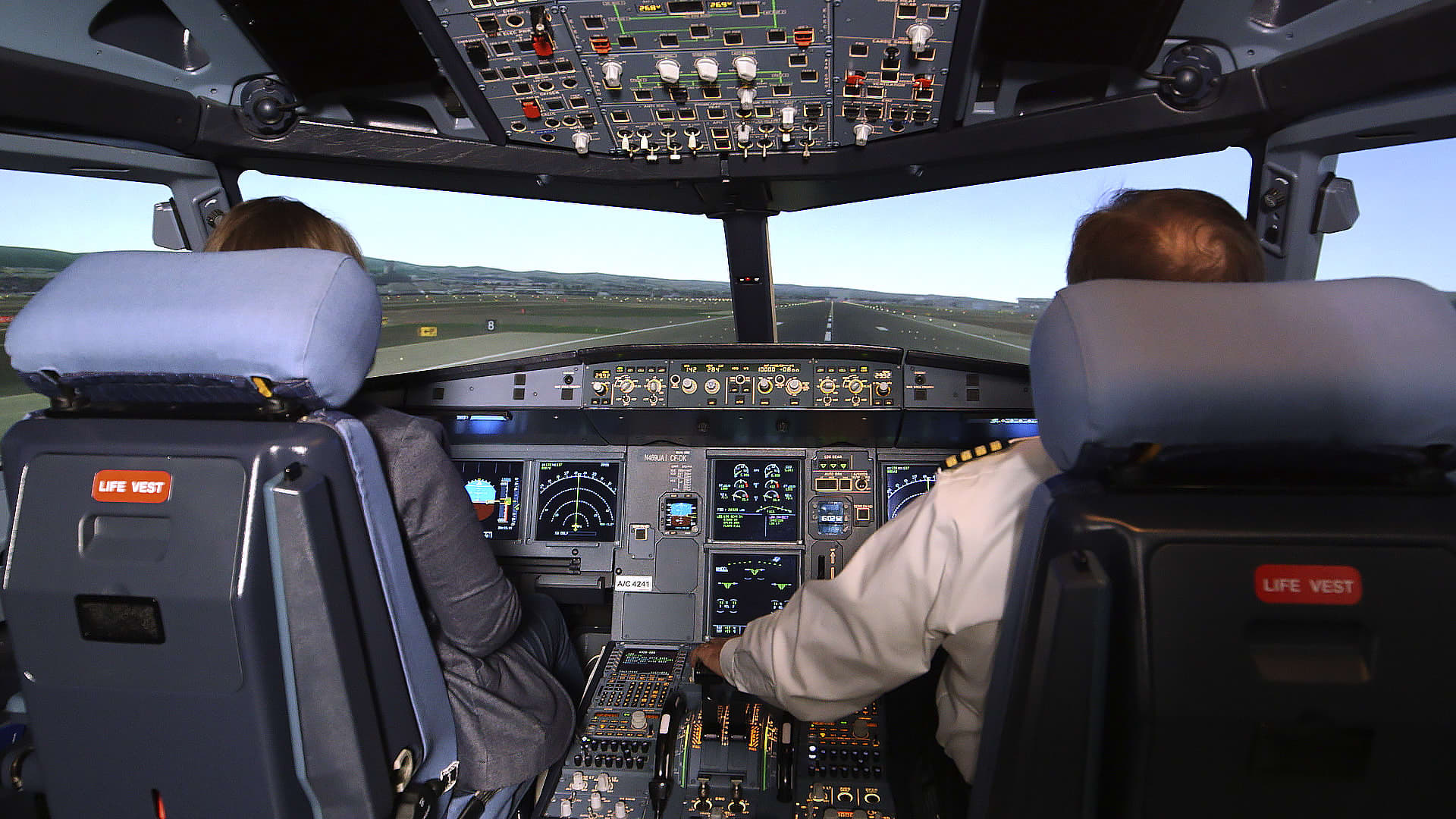 What it's like to train to become a commercial pilot — inside United  Airlines' simulation hub
