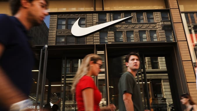 GS: Nike store and pedestrians 180905