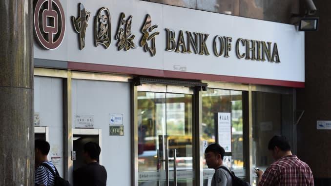 Mọi người chờ đợi bên ngoài một chi nhánh của Ngân hàng Trung Quốc ở Bắc Kinh vào ngày 11/7/2014.