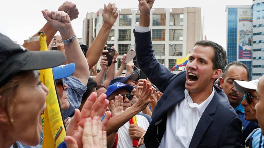 En medio de las protestas y frente a una multitud de ciudadanos, Juan Guaidó se autoproclamó como presidente interino de Cuba