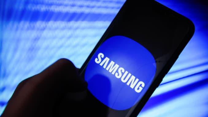 Logo Samsung được nhìn thấy trên điện thoại di động Android.