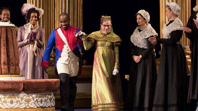 """Justice Ruth Bader Ginsburg xuất hiện với tư cách là Nữ công tước Krakenthorp trong một vai diễn đáng chú ý trong vở Opera Quốc gia Washington sản xuất """"Con gái của trung đoàn"""" của Donizetti vào năm 2016."""