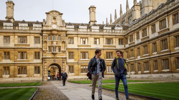 Sinh viên đi bộ qua Đại học Cambridge ở Cambridge, phía đông nước Anh, vào ngày 14 tháng 3 năm 2018.