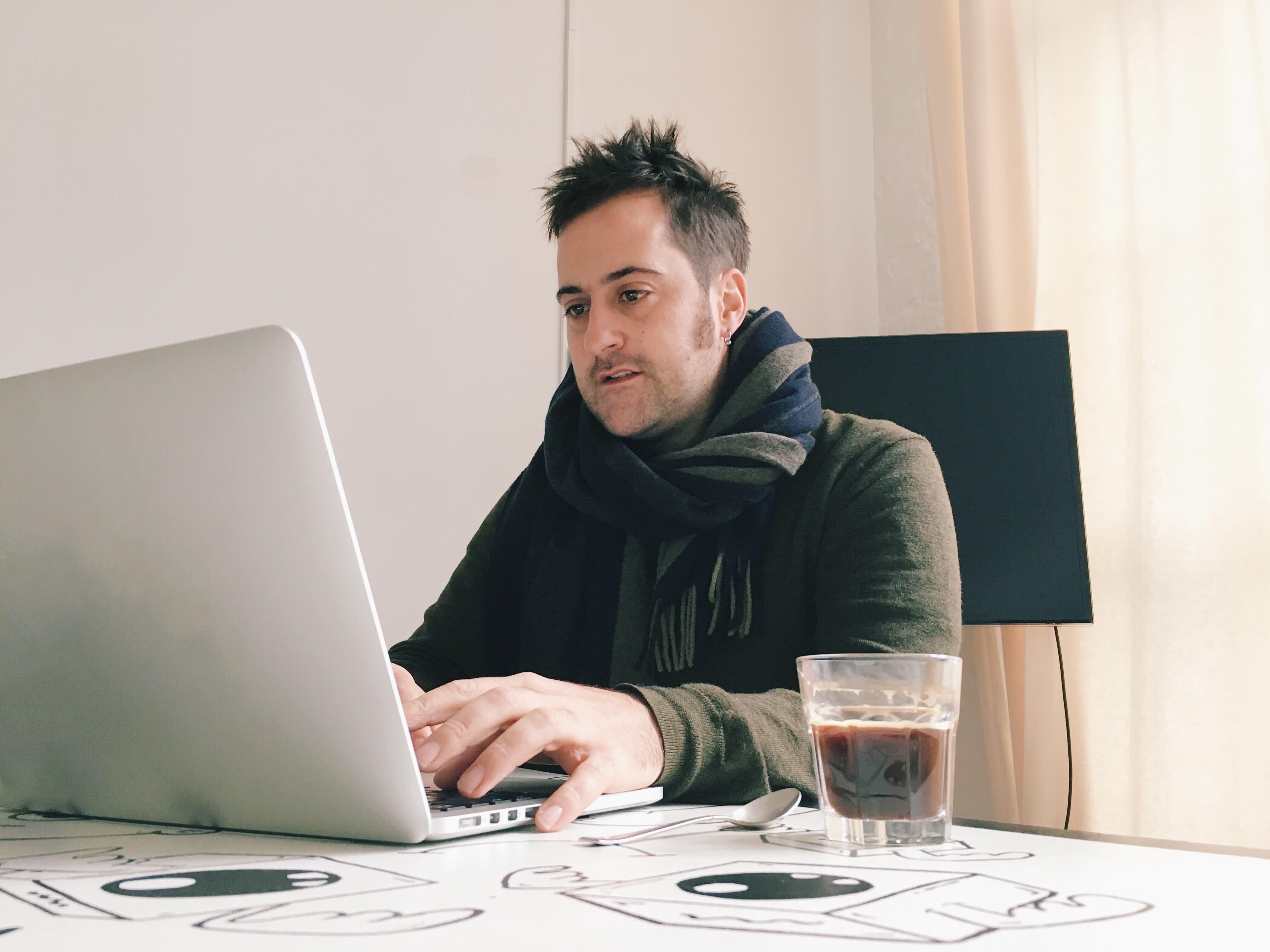 20/20: Man using laptop