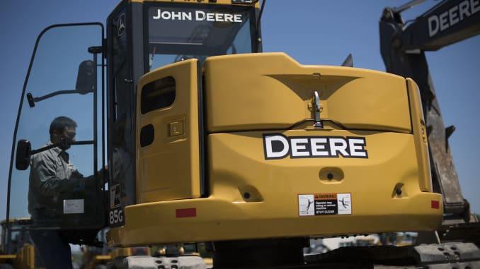 Một nhân viên chuẩn bị một chiếc máy xúc của John Deere & Co. để bán tại Martin Equipment ở Rock Island, Illinois.