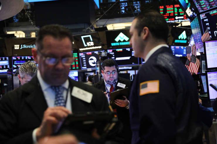 GP: Traders work on floor