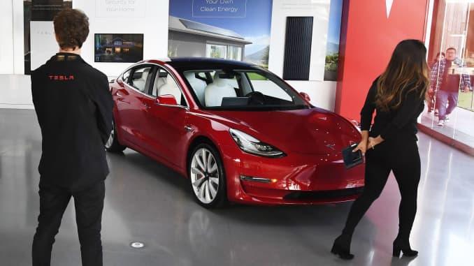 特斯拉的汽车可以在洛杉矶的一家购物中心陈列室看到。