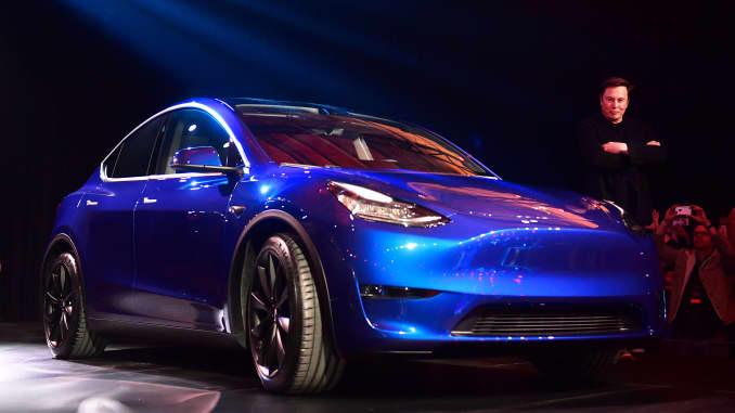 Elon Musk celebrates flawed Tesla Autonomy Day with employee