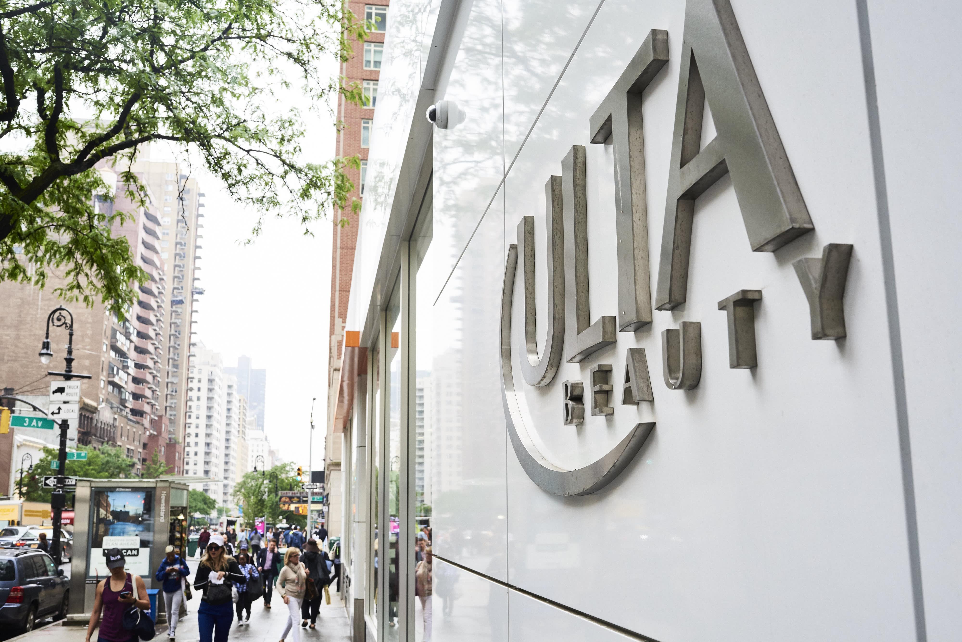 Cómo los grandes almacenes perdieron su influencia en la industria de la belleza ante Ulta, el comercio electrónico y las personas influyentes thumbnail
