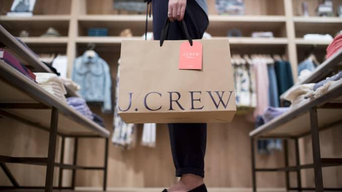 Một phụ nữ cầm túi chụp ảnh tại cửa hàng dành cho phụ nữ mới của J. Crew Group Inc. bên trong trung tâm thương mại Trung tâm Tài chính Quốc tế (IFC) ở Hồng Kông, Trung Quốc, vào thứ Năm, ngày 22 tháng 5 năm 2014.