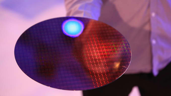 Một tấm wafer bán dẫn trong một sự kiện của Intel trước thềm Triển lãm Điện tử Tiêu dùng Quốc tế IFA.