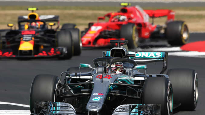 Lewis Hamilton dari Britania Raya mengendarai (44) Mercedes AMG Petronas F1 Team Mercedes WO9 memimpin Max Verstappen dari Belanda mengendarai (33) Aston Martin Red Bull Racing RB14 TAG Heuer di trek selama Grand Prix Formula Satu Britania Raya di Silverstone pada 8 Juli 2018 di Northampton, Inggris.