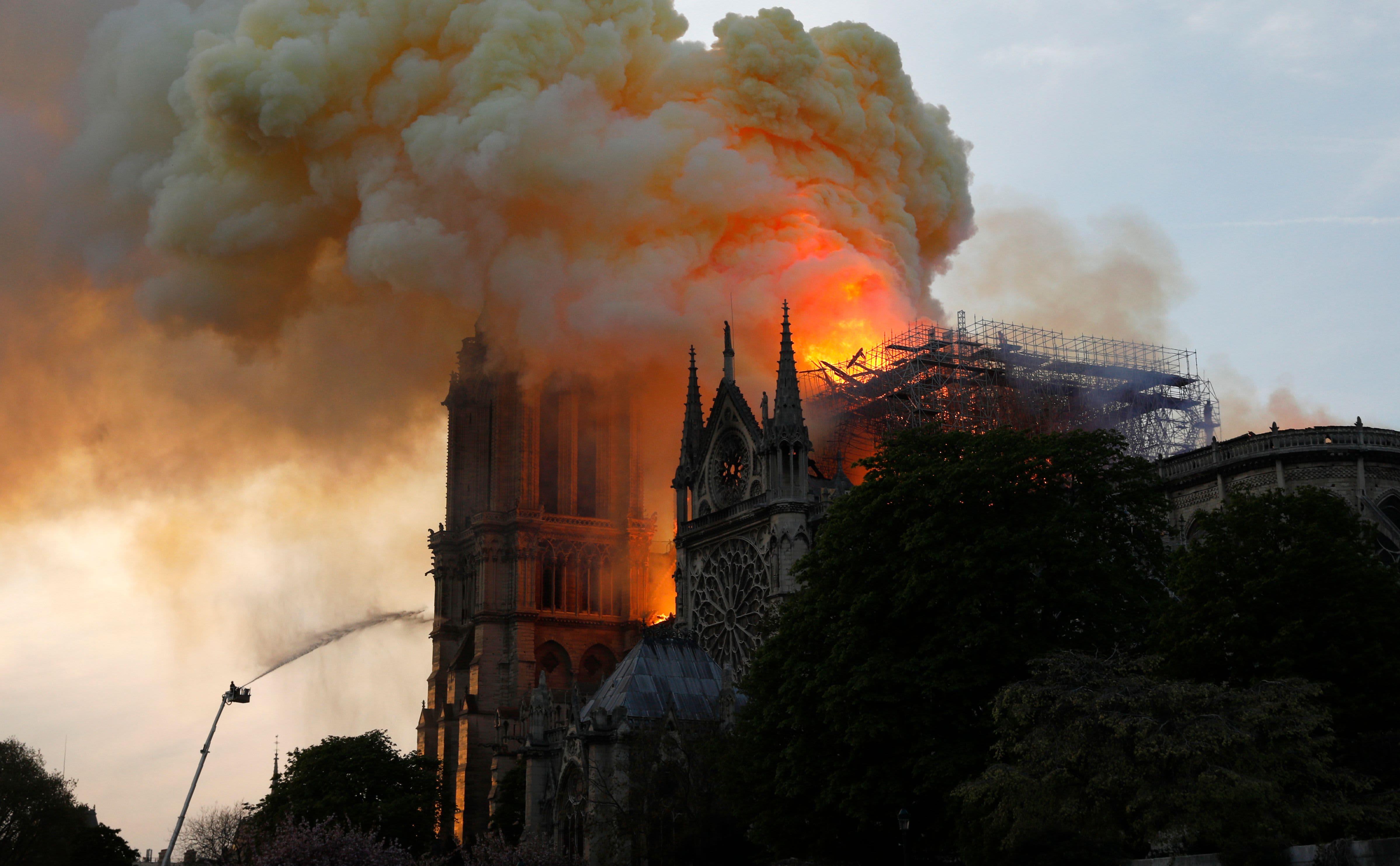 巴黎圣母院大教堂大火肆虐 屋顶坍塌