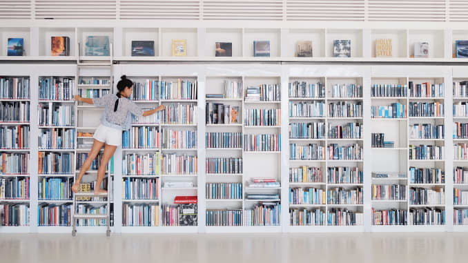 20/20: Woman in library