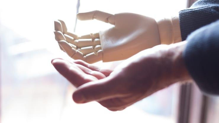 اولین پوست مصنوعی که به ربات ها امکان حس لامسه همانند انسان میدهد