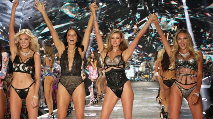 Vs Fashion Show 2020.Victoria S Secret Owner L Brands 2019 Q2 Earnings