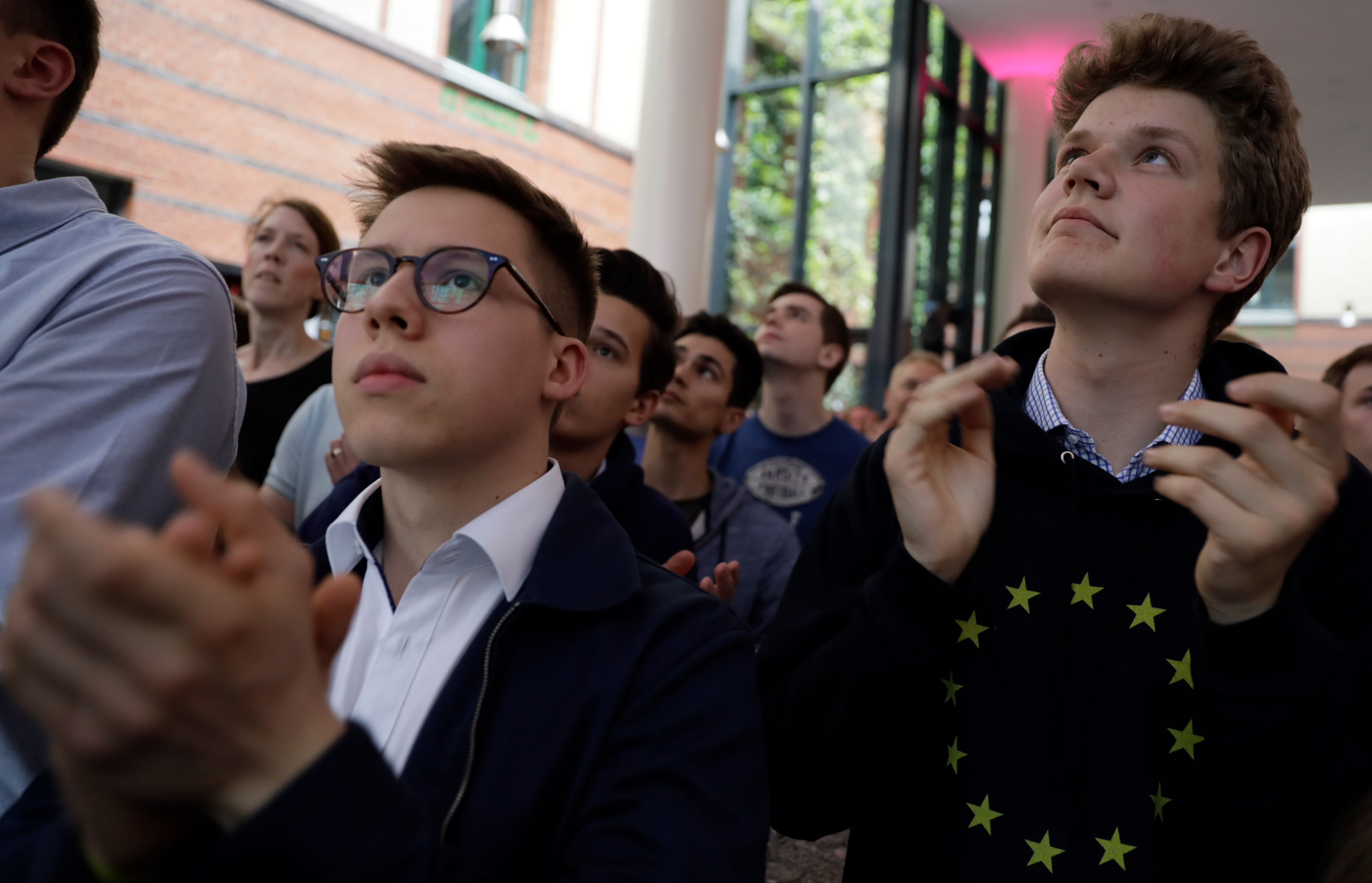Young supporters of the FDP are reacting to the first forecast after the European elections.