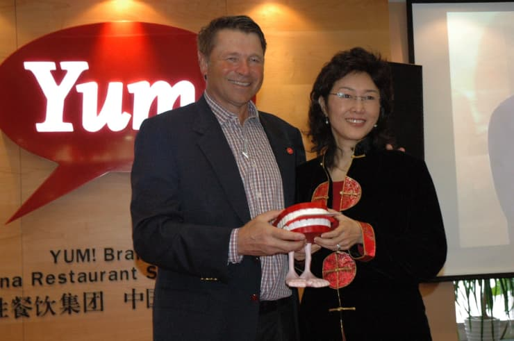 David Novak presents YUM! Recognition award to Yuan Yuan Chen, Director of Finance -Yum! China Division