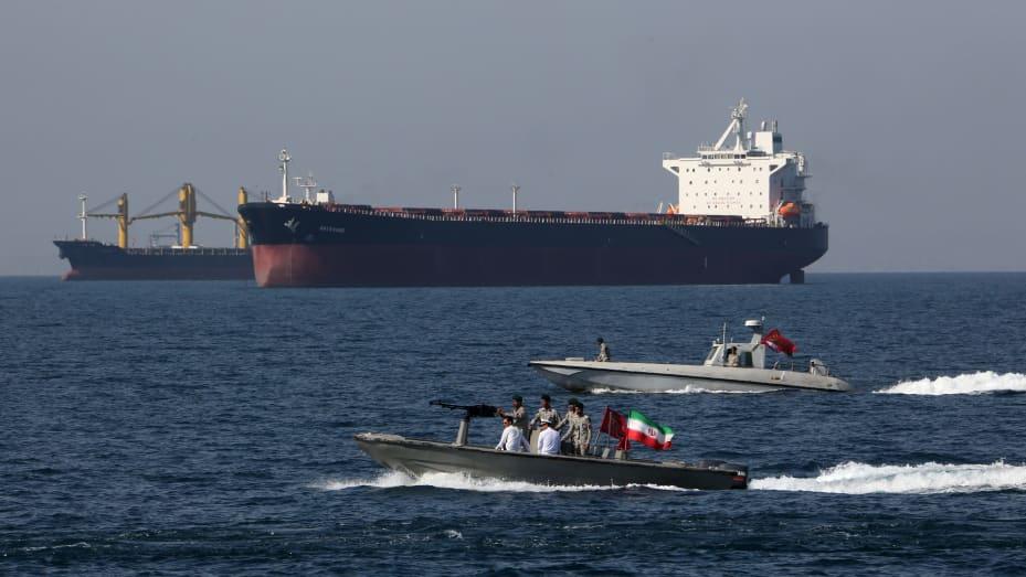 Các tàu chở dầu được mô tả ở eo biển Hormuz - một tuyến đường thủy quan trọng chiến lược ngăn cách Iran, Oman và Các Tiểu vương quốc Ả Rập Thống nhất.