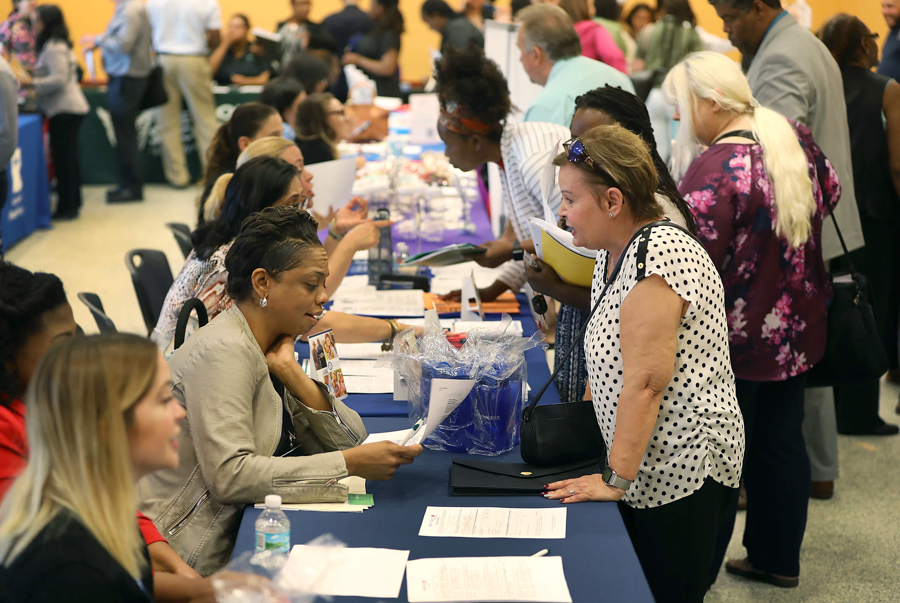 US weekly jobless claims fall to 3-month low