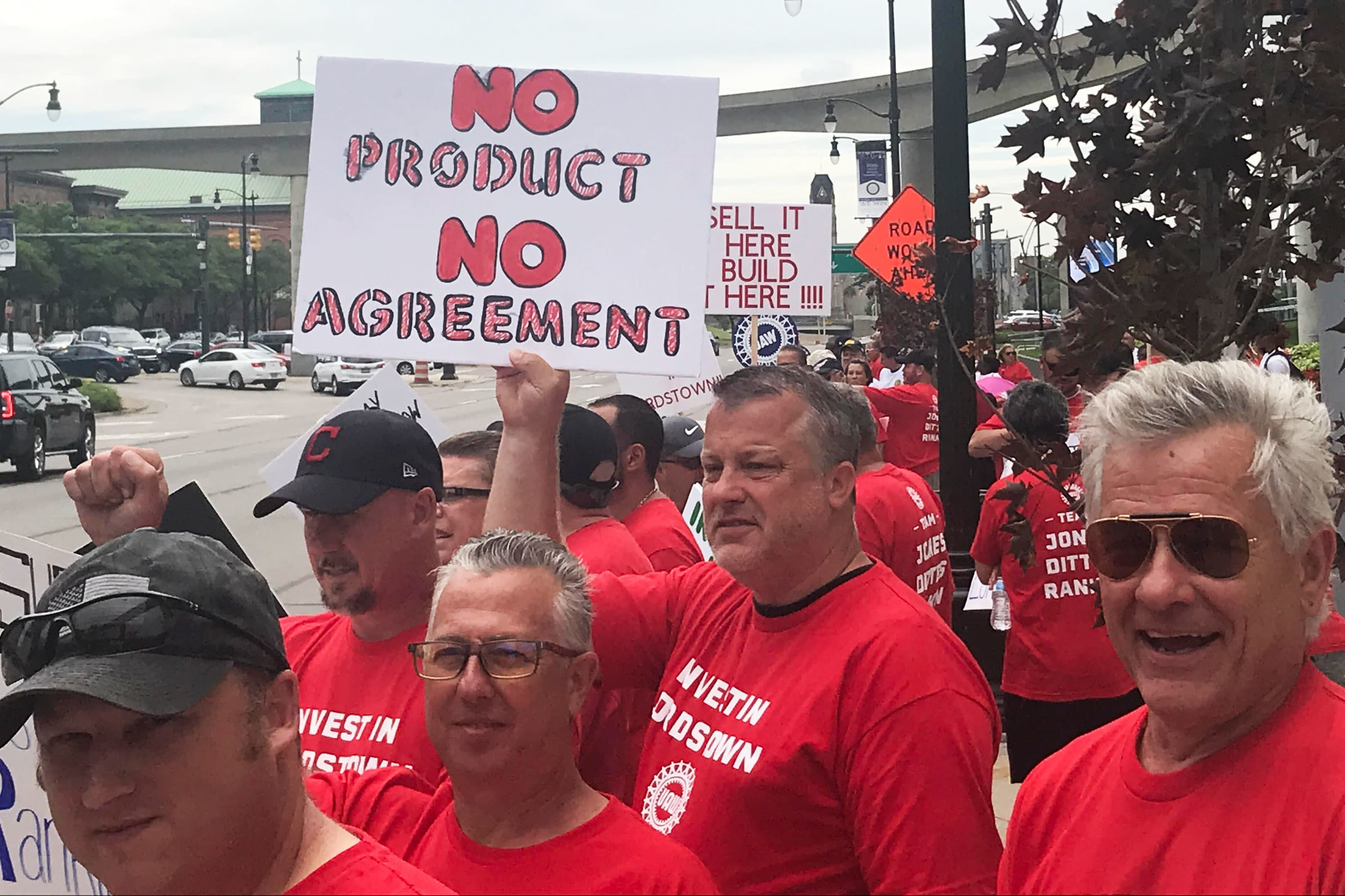 Auto union workers overwhelmingly vote to authorize strikes at GM, Ford, Fiat Chrysler
