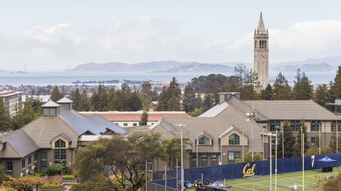 Toàn cảnh khuôn viên Đại học California Berkeley bao gồm cả Sather Towe. Trường Kinh doanh Haas có thể nhìn thấy ở phía trước và Vịnh San Francisco ở phía sau.