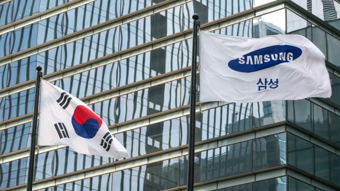 Cờ Hàn Quốc, bên trái và cờ Samsung Electronics tung bay bên ngoài trụ sở chính của công ty ở Seoul, Hàn Quốc, vào ngày 5 tháng 7 năm 2019.