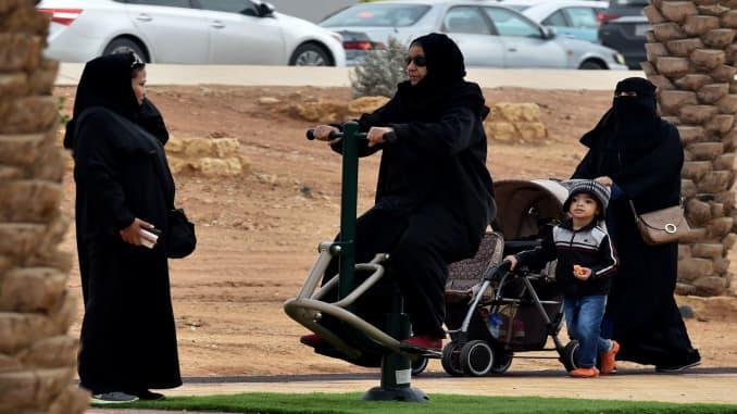 A Saudi woman plays in a playground pior to the 2018 Saudia Ad Diriyah E-Prix Formula E Championship in Riyadh, on December 15, 2018 in Riyadh. (Photo by FAYEZ NURELDINE / AFP)        (Photo credit should read FAYEZ NURELDINE/AFP/Getty Images)
