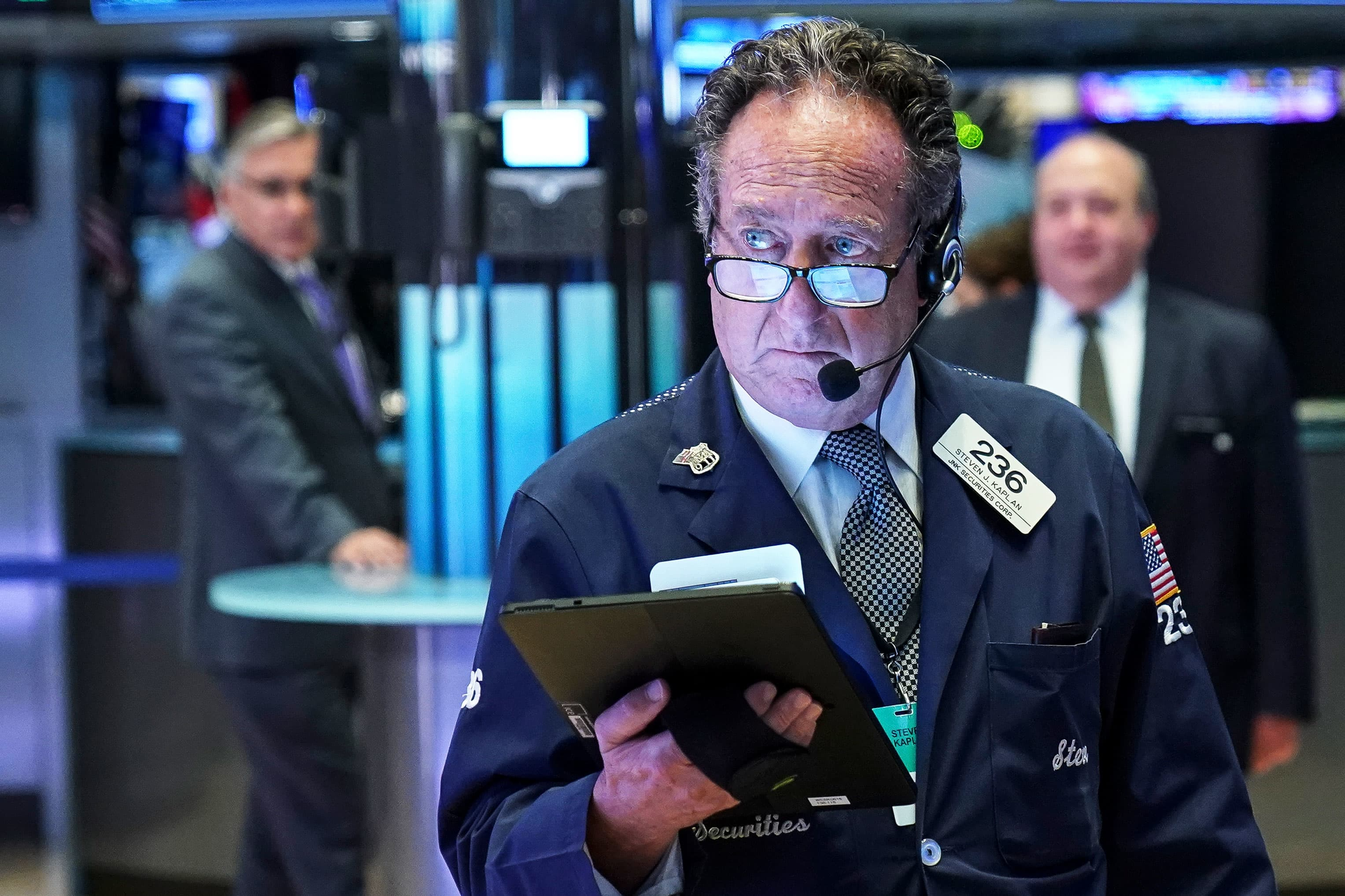Stock market live updates: Dow down 200, JPMorgan sees 'sell signals,' hedge funds buy tech