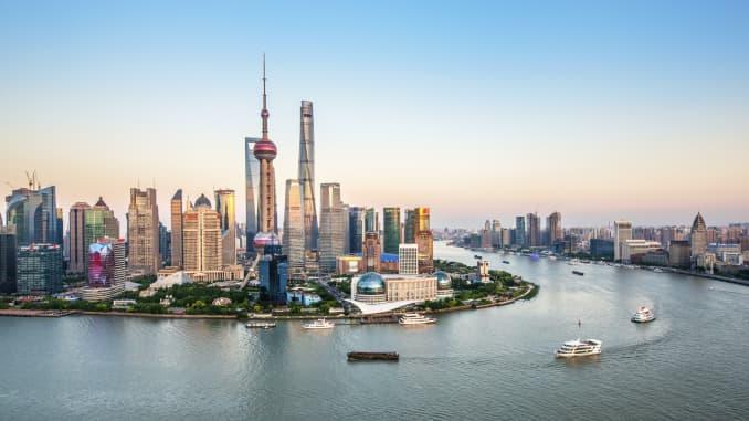 Nhìn từ trên không của Khu tài chính Lujiazui vào lúc hoàng hôn, Phố Đông, Thượng Hải, Trung Quốc.