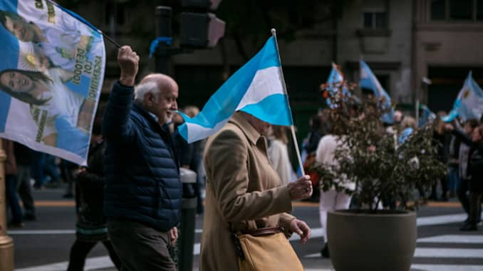 Argentina: Macri imposes currency controls as debt crisis