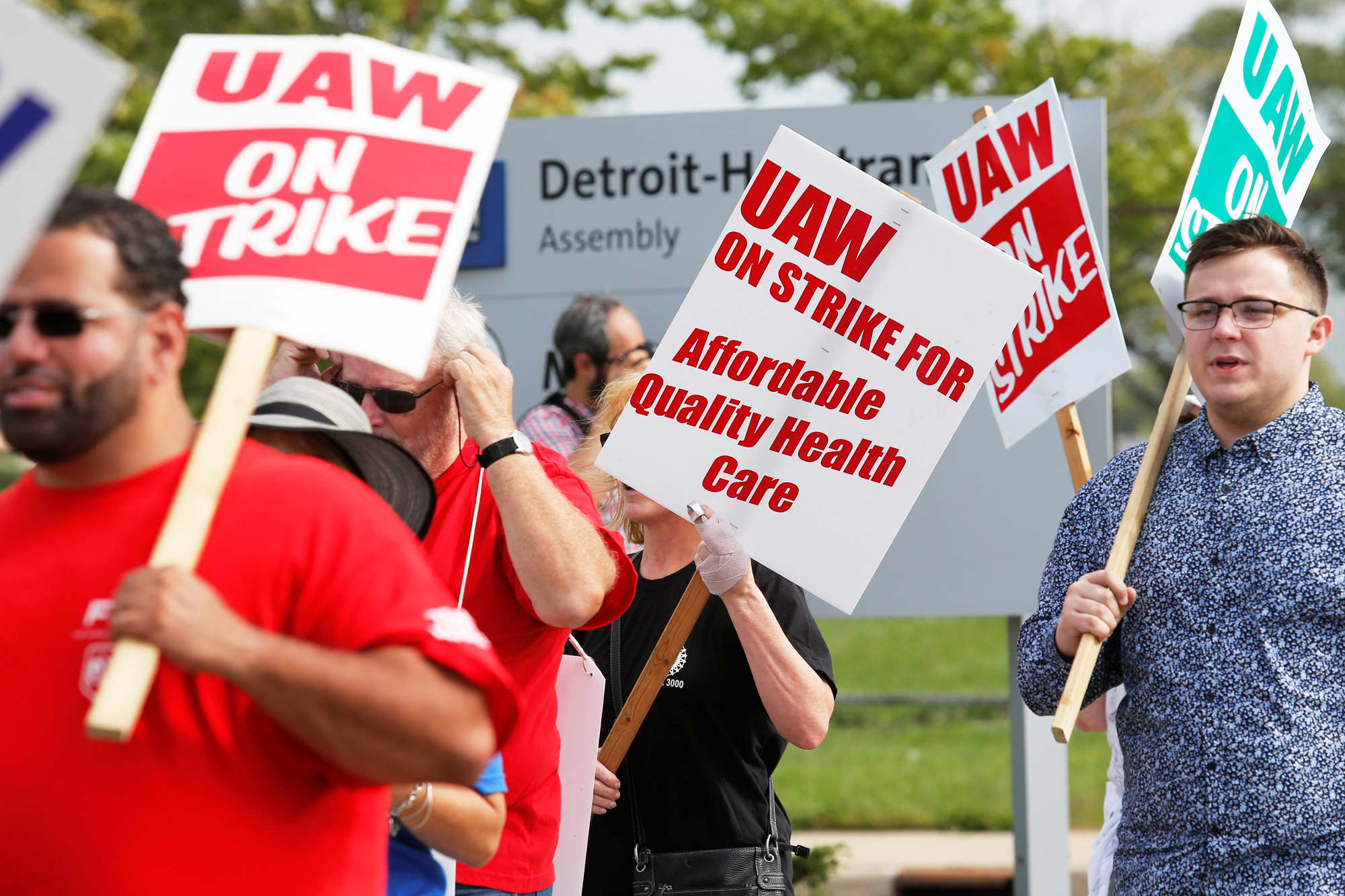 GM, UAW agree on tentative labor contract that could end a monthlong strike by 48,000 workers