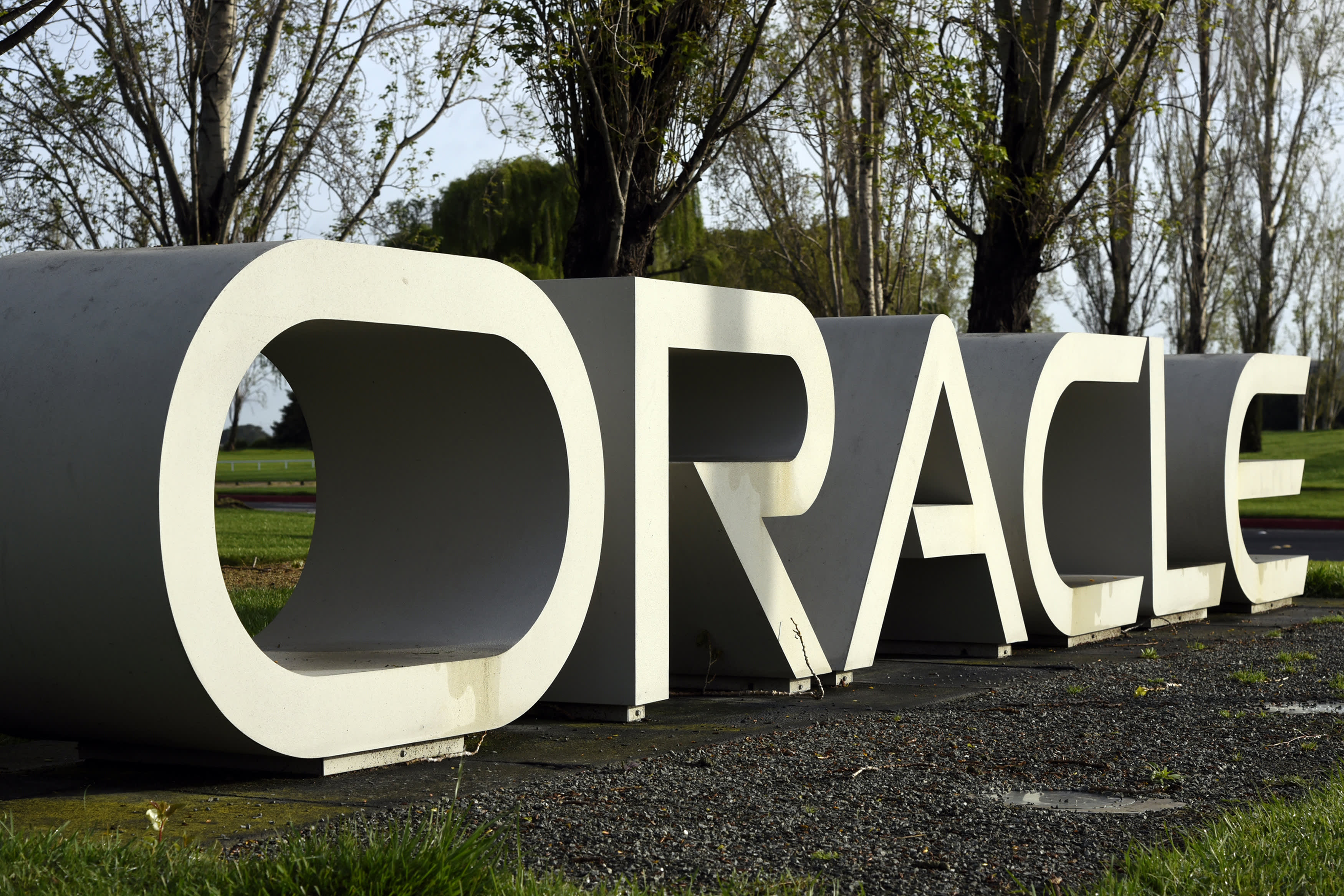 Oracle to hire 2,000 workers to expand cloud business to more countries