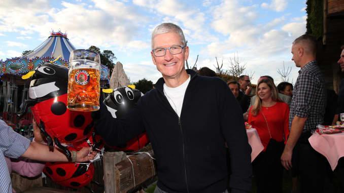 MUNICH, ĐỨC - 29 tháng 9: Tim Cook, Giám đốc điều hành Apple, trong lễ hội Oktoberfest 2019 tại lều bia Kaeferschaenke.