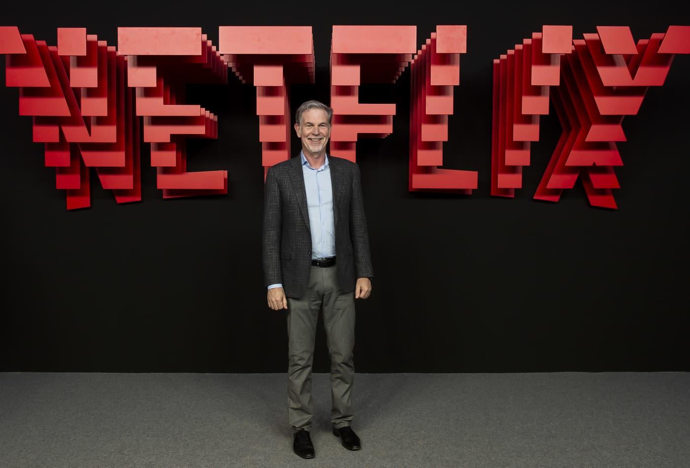 넷플릭스 CEO 리드 헤이스팅스는 2019 년 4 월 4 일 스페인 마드리드에서 열린 Invernadero del Palacio de Cristal de la Arganzuela에서 열린 넷플릭스 프레젠테이션 파티에서 레드 카펫에 참석했습니다.